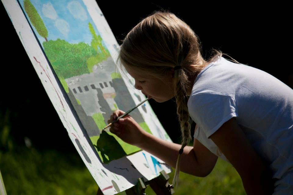 bambina-dipinge